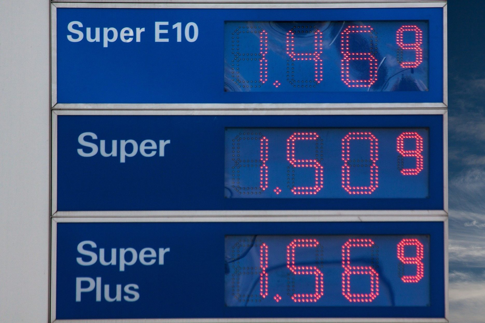 Das Bild zeigt die Benzinpreis-Anzeigetafel einer Tankstelle.