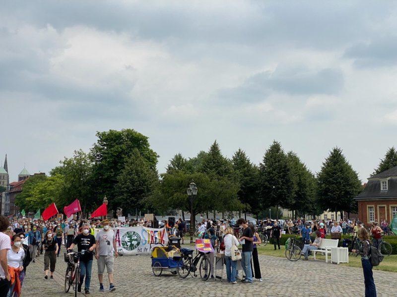 Das Bild zeigt DemonstratInnen und KlimaaktivistInnen auf einer Demonstration von Fridays for Future auf dem Schlossplatz in Münster.